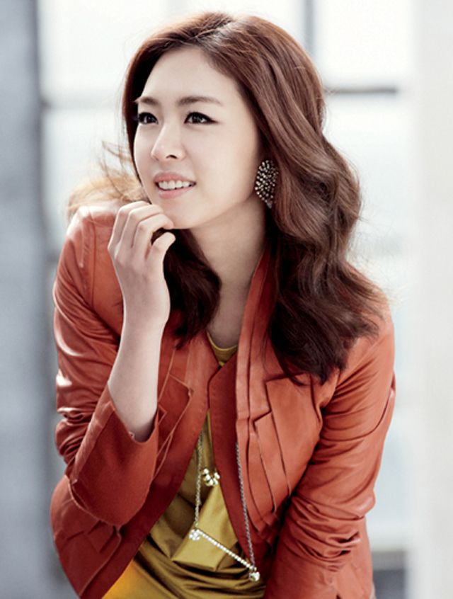 lee yeon hee�s joinus spring 2012 catalog photos couch